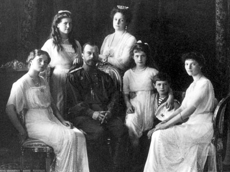 http://kontrakty.ua/images/stories/fotos/2010/04/text/230613/Russian_Royal_Family_1911.jpg